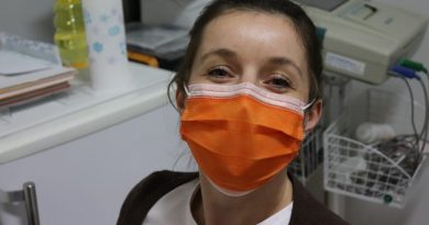 медицинска сестра с маска